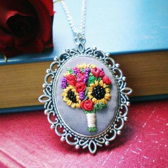 Кулон з квітами, мініатюрна вишивка шовковими стрічками, кулон з сонячниками