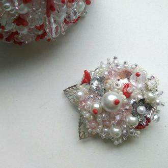 Брошь с кристаллами Сваровски и кораллом
