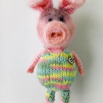 Свинья в комбинезончике