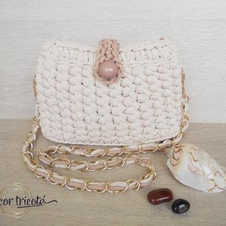 Летняя вязаная сумочка через плечо из трикотажной пряжи. Бежевая повседневная сумка на цепочке.