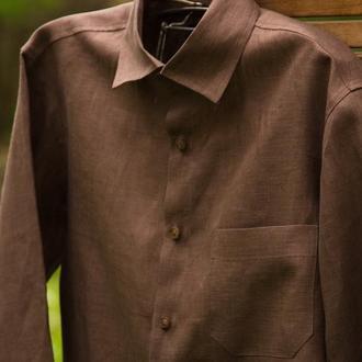 Мужская рубашка классического кроя с длинным рукавом.
