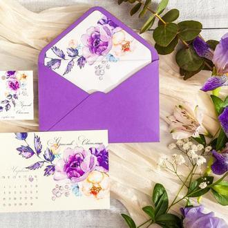 Приглашение в конверте с фиолетовыми цветами