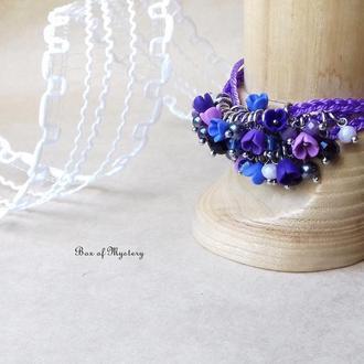 Фиолетовый браслет с миниатюрными цветами
