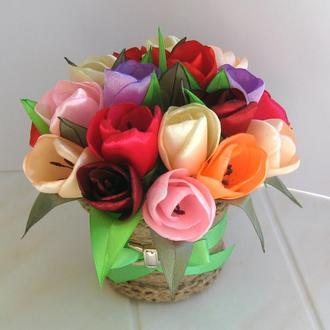 Яркий букет тюльпанов в горшочке
