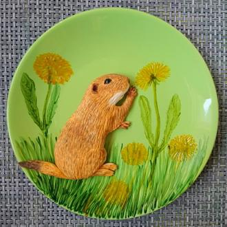 Декоративная тарелка с луговой собачкой