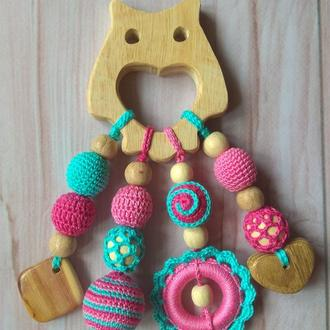 Вязаный грызунок-прорезыватель экоигрушка подарок малышу ручная работа новорожденному деревянный сов