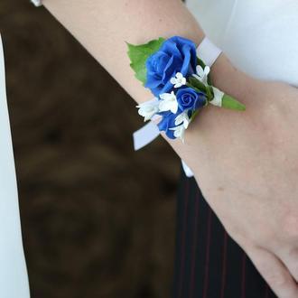 Свадебная бутоньерка на руку для невесты и на пиджак жениху. Холодный фарфор.Синие розы, сирень.