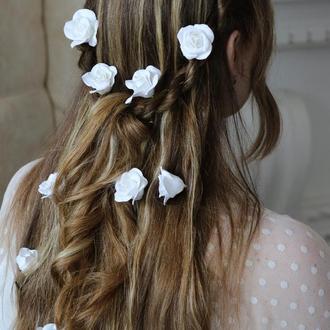 Белые розы в волосы. Заколка, шпилька для прически. Глина Deco clay.  Украшения. Нарядно