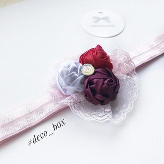 Повязка для дівчинки з атласними трояндами і мереживом. Повязка из кружива. Повязка для девочки