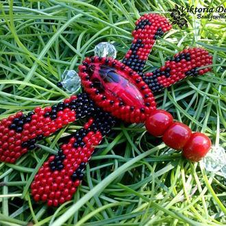 Брошь Стрекоза из бисера красно-черная