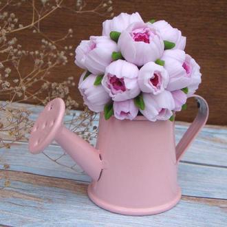 Цветочная композиция в стиле шебби-шик ранунклюсы в розовой леечке