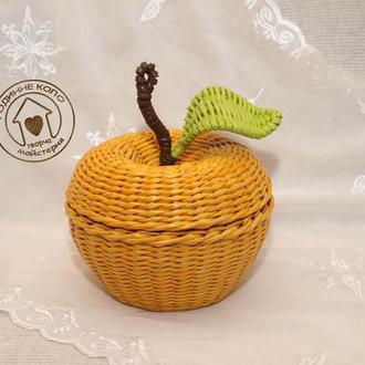 Плетеная корзина - желтое яблоко