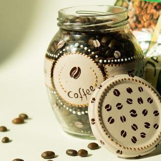 Расписная баночка с зерновым кофе.