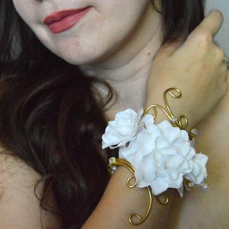 Свадебный браслет с белыми цветами, жемчугом и кристаллами