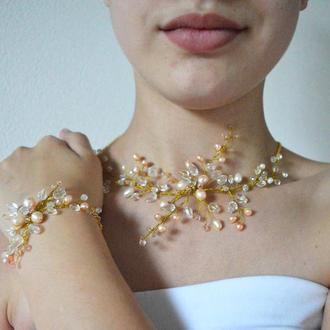 Свадебный комплект украшений с натуральным жемчугом в золотых тонах  - колье- чокер и браслет
