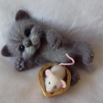 Котенок с белой мышкой. Игрушка валяная из шерсти.