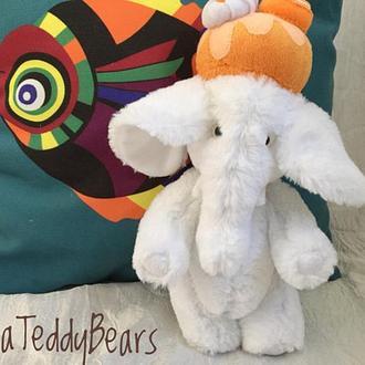 Белый плюшевый слон