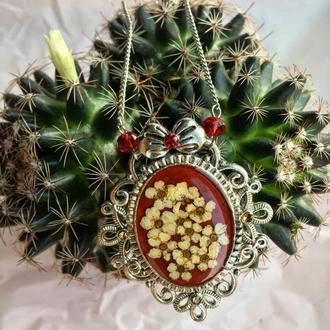 Кулон ручной работы из натуральных цветов   в ювелирной смоле.