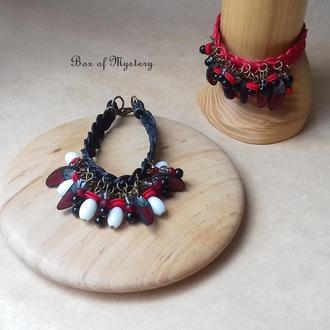 Черный бохо браслет с красными перышками
