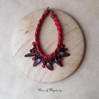 Красный бохо браслет с красными перышками