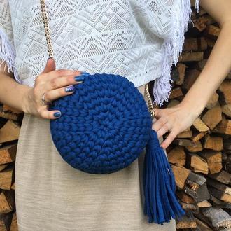 Круглая сумка трикотажная вязанная, клатч с кисточкой на цепочке