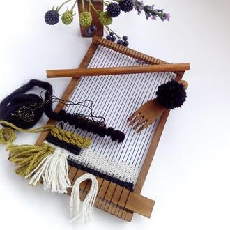 Ткацкий станок для плетения гобеленов с комплектом пряжи.