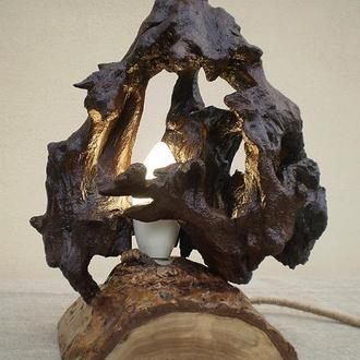Деревянный LED настольный светильник из элементов корня дуба и ореха