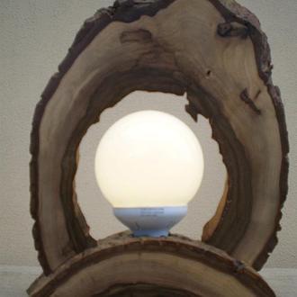 Деревянный LED настольный светильник из ореха