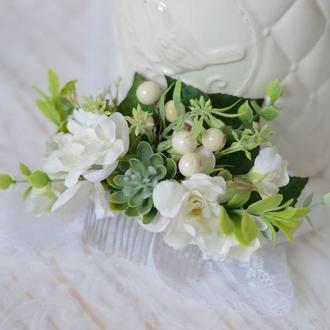 Гребень с белыми цветами и суккулентом