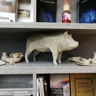 """Свинка полигональная из дизайнерского литьевого бетона в стиле """"орегами""""."""