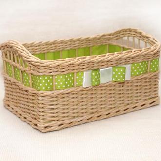 Плетеная прямоугольная корзина с зеленой лентой