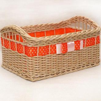 Плетеная прямоугольная корзина с оранжевой лентой