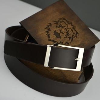 Мужской кожаный ремень с гравировкой в подарочной деревянной коробке