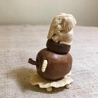 """""""Слон на яблоке"""" из бивня мамонта"""
