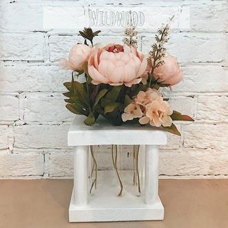 деревянная ваза с цветами в колбах белая