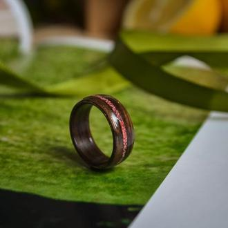 Тендітне колечко з екзотичної деревини венге, прикрашене червоною мармуровою крихтою.