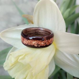 Тендітне колечко з екзотичної деревини палісандру з золотою поталлю.