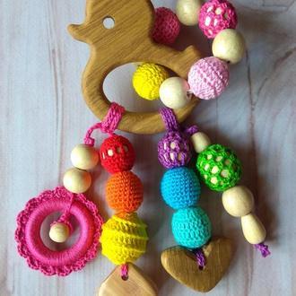 Деревянный грызунок-прорезыватель вязаный подарок малышу ручная работа Эко экоигрушка радужный