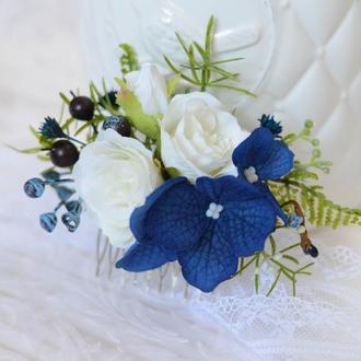 Гребень с белыми розами и синей гортензией