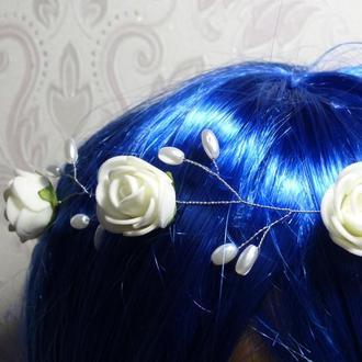 Венок для волос из проволоки и бусин с розами