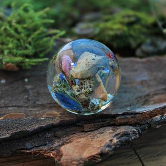 Кулон шар с грибами,незабудками и мхом