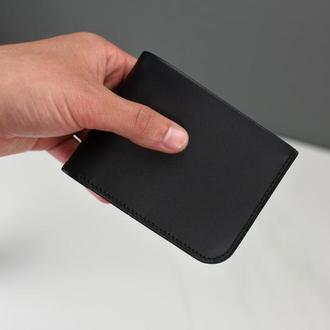 Кожаное мужское портмоне черного цвета с персональной гравировкой заказчика