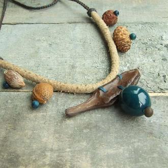 Замшевое ожерелье с природными материалами