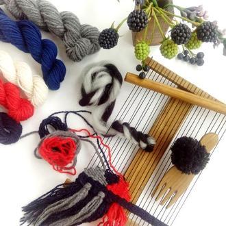 Маленький ткацкий станок для создания гобеленов и украшений с комплектом пряжи