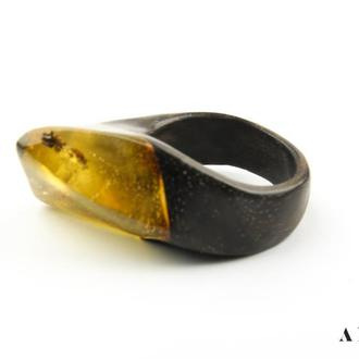 Янтарное кольцо на дереве Зерикотте