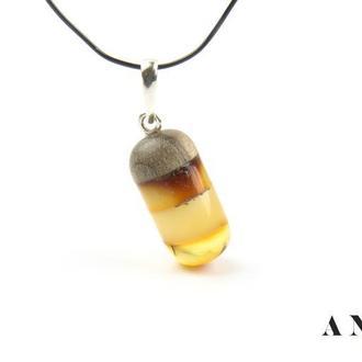 Янтарный кулон в сочетании с деревом ореха и серебряной фурнитурой