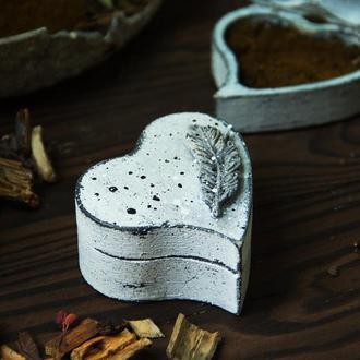 шкатулка для колец с натуральным мхом и объемным пером
