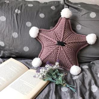 Подушка звезда из трикотажной пряжи с помпонами