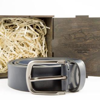 Подарочный набор для мужчины состоит из синего кожаного итальянского ремня, коробочки и гравировки