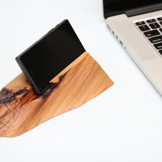 Подставка для мобильных телефонов и гаджетов из цельного куска древесины лесной груши.